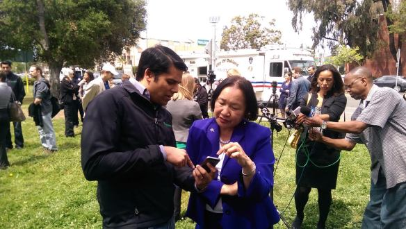 Nextdoor Co-Founder and CEO Nirav Tolia shows Mayor Quan the new iOS 7 Nextdoor app.